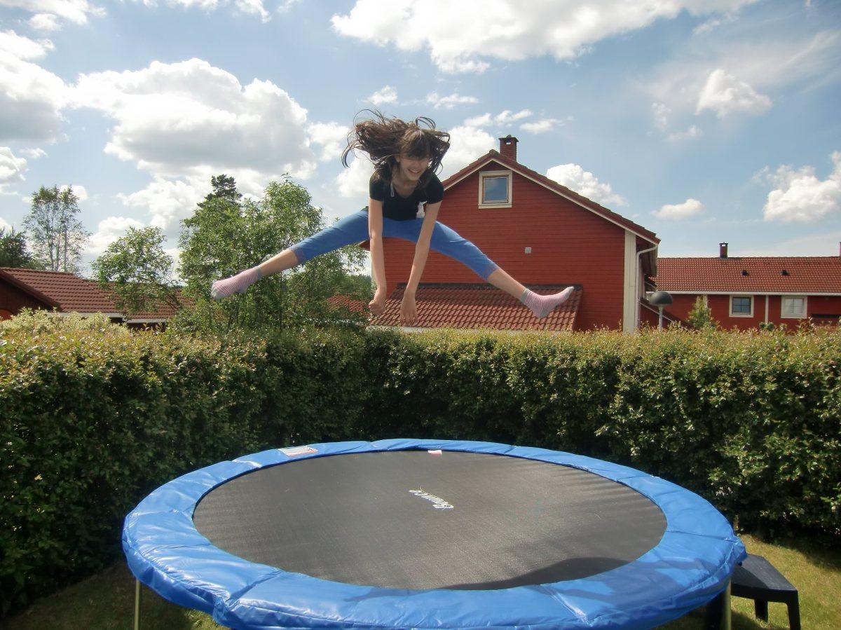Stretching på en trampoline, oppetter en stolpe, i en korridor, på et Operatak og med vovsen påtur!